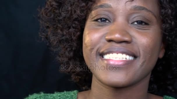 Portrét shot, africká americká žena ukazuje na kameru radostné překvapení. Zpomalený pohyb, Střelba