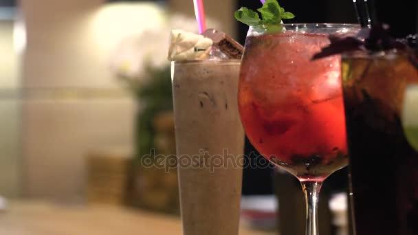 Mehrfarbige leckere Cocktails stehen in einer Reihe auf der Bar Theke, Schieberegler schießen