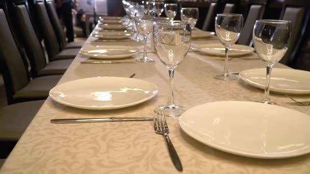 Slavnostní stůl s poháry v zázemí lidí, jezdec Střelba