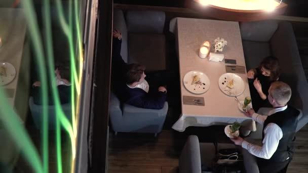 Pár v den v restauraci sedí na dezert a číšník jim přináší čaj