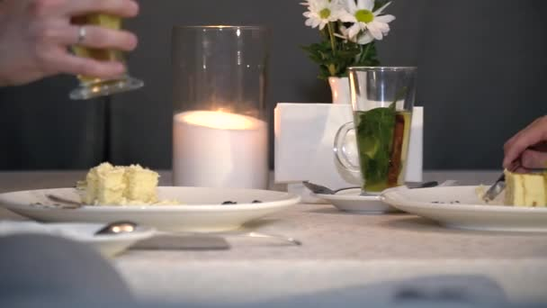 mannelijke taart Mannelijke en vrouwelijke handen die taart eten en drinken van  mannelijke taart