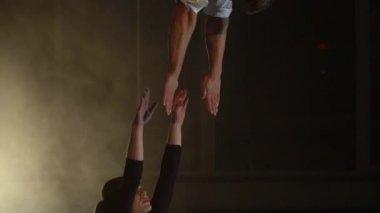 Mains D Acrobat Femme Avec Tatouage Triangle Saisir Aerienne Anneau