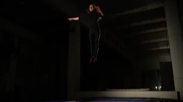Dlouhé vlasy-žena v těsné oblečení, skákání na trampolíně, pomalý pohyb
