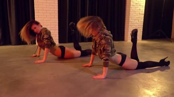 striptizershi-lesbi-blondi-video-video-prostitutka-obsluzhivaet-odnovremenno-neskolkih-klientov