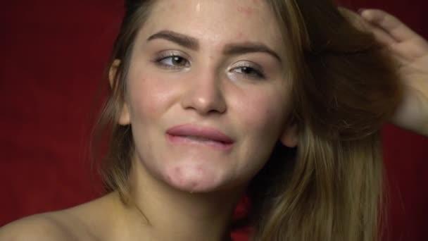 Slow-Motion Aufnahmen einer Frau, die sexuell beißt ihr Lippe flirten