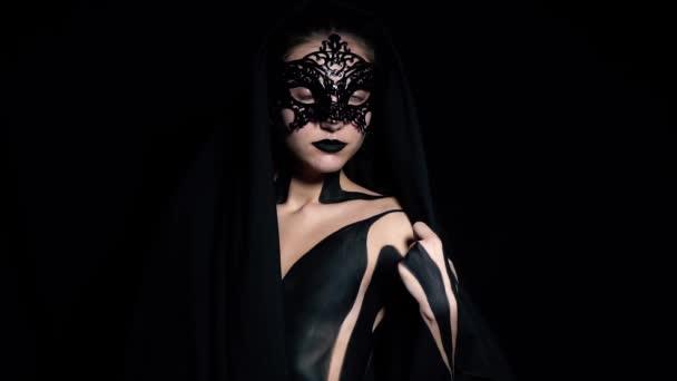 Mavi Gözlü Kız Desenli Maskesi Ve Siyah Vücut Boyama Yavaş Hareket