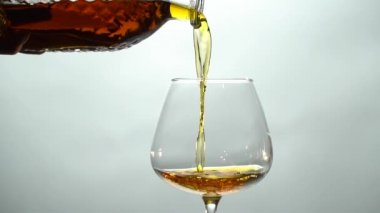 Az egy pohár borosüveggel pour konyak
