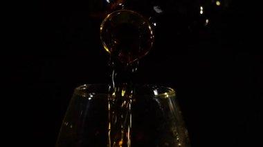 Arany konyak öntenek a pohárba