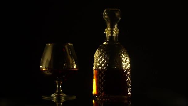 Egy üvegpalack és egy pohár forgatni a bemutató táblázat