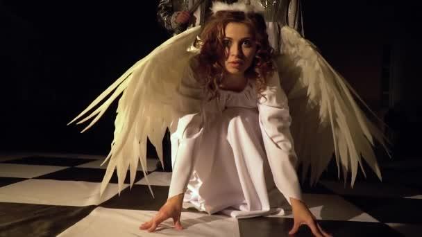 Angel stoupá z kolena a obrací k lehké krále. Živé šachy soutěž