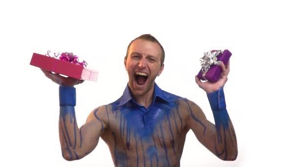 blahopřání k narozeninám video Muž v modrém bodyart křičí a drží dárky v jeho rukou, blahopřání k  blahopřání k narozeninám video