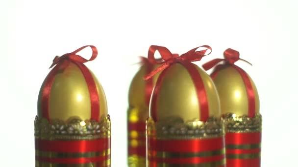 Közeli kép a húsvéti tojás lövés a lemezjátszó borospohár