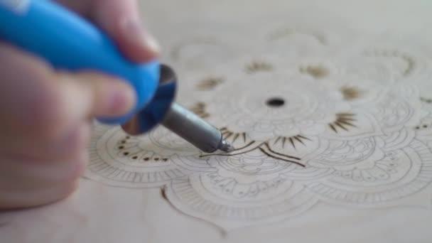 Gravure Sur Un Arbre Avec Un Pyrographe Dune Fleur Vidéo