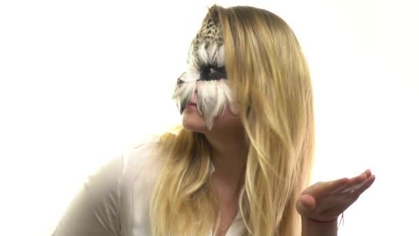 Gufi di arte nella ragazza sul viso, che balla e sorride cutely la fotocamera del corpo. Animale Make-up