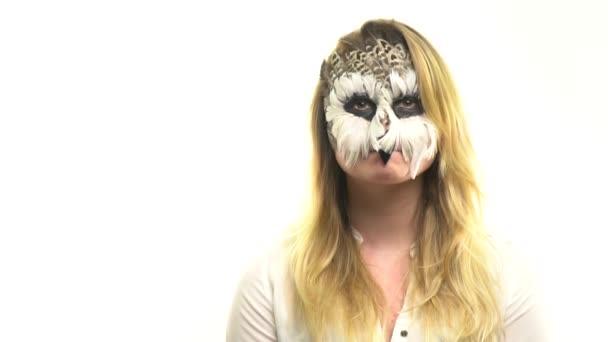 Gufi di arte nella ragazza sul suo viso, che cerca di girare la testa di 360 gradi del corpo. Animale Make-up