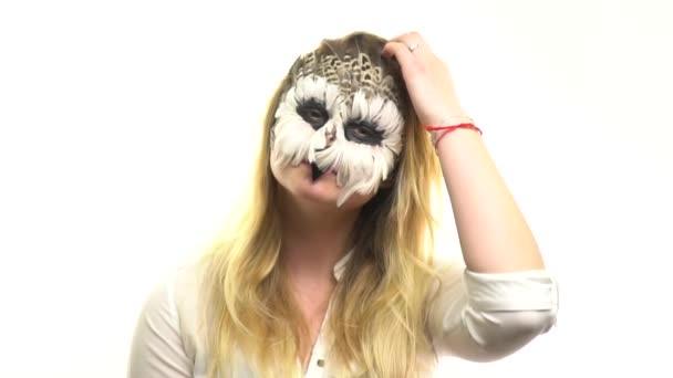 Gufi di arte di corpo nella ragazza sul viso, che corregge i capelli con la mano. Animale Make-up