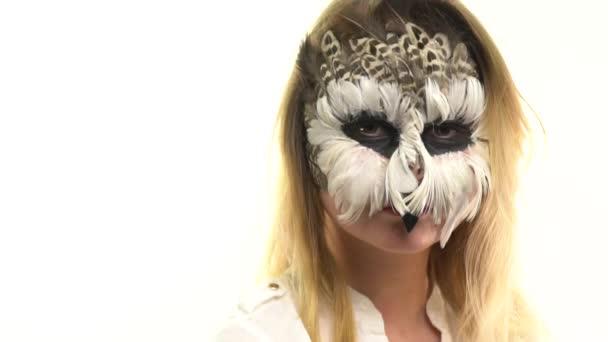 Gufo di arte di corpo della ragazza sul suo viso, che esamina la macchina fotografica e lampeggia rapidamente. Animale Make-up