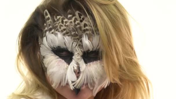 Gufo di arte di corpo in una ragazza sul suo viso, che esamina la sua amica civetteria. Animale Make-up