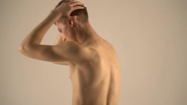 Svalnatý topless muž lodě s jeho zády ke kameře, trochu zpomalené
