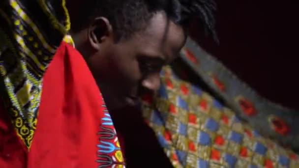 Un homme de l Angola en vêtements traditionnels dashiki met un foulard vif  sur ses 438adba1bea