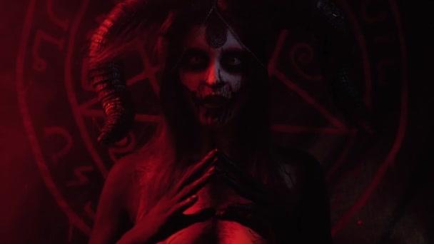 Satan volá démony kouzly, malování těla