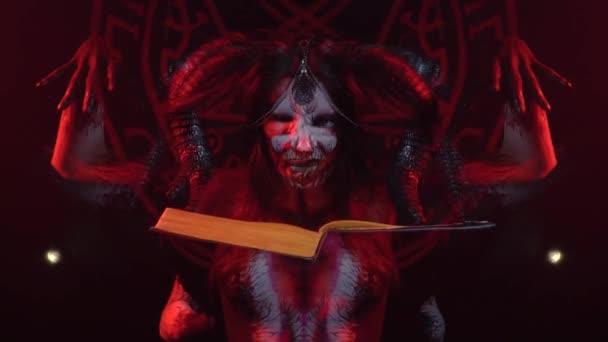 Umění demonitsa tělo na tělo dívky, který se divně pohybuje při čtení kouzlo