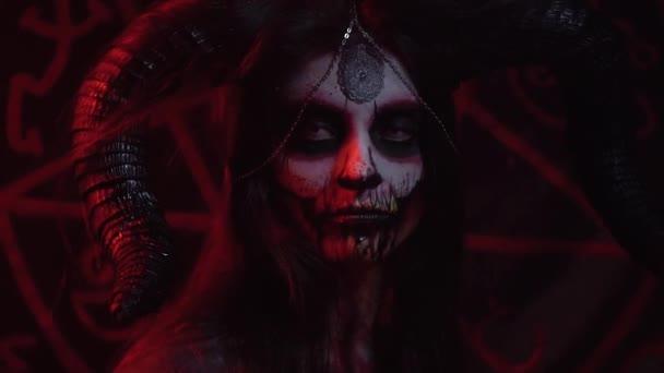 Satan s velkými rohy vypadá lhostejně v různých směrech