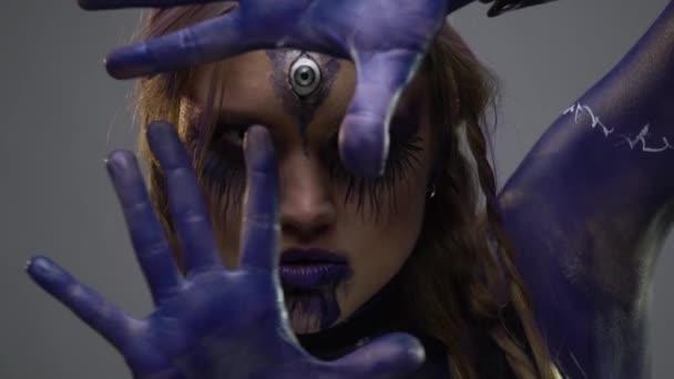 Bodypainting čarodějnice ve fialové barvě s nápisy na těle, pomalý pohyb