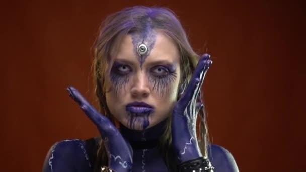 Čarodějka s kouzly celé její tělo se pomalu pohybuje rukama kolem obličeje