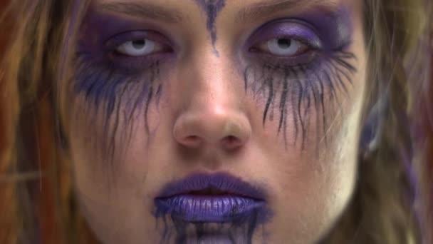 Make-up v purpurových tónech na šílený dívka s copánky, malování těla