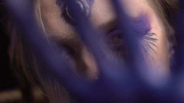 Čarodějnice se zavře ruce před kamerou