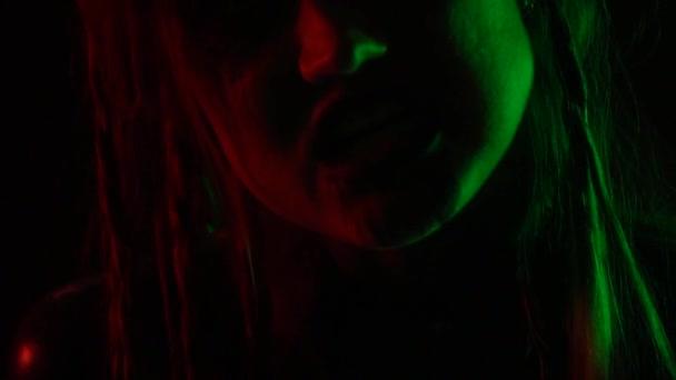 Žena s neobvyklý make-up pohybuje plynule, v nočním klubu na večírku