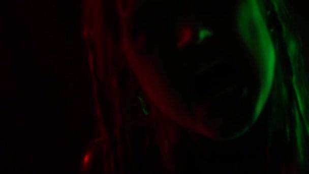 Moderní žena s nestandardními make-up v nočním klubu