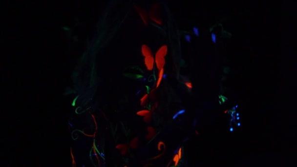 Mystic dryáda v svítící motýli na pozadí osvětlený listy