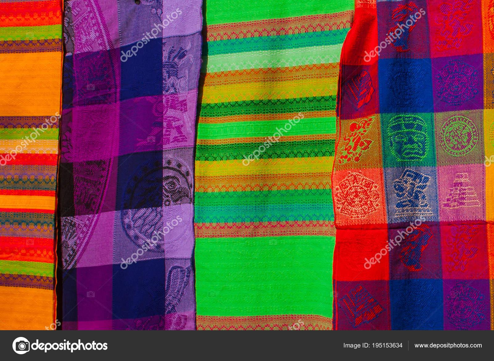 7fa92ac071 Ajándéktárgyak a piacon. Multi-színes ruhák. Nemzeti ruházat, Mexikó. Tarka  textil, hogy a latin-amerikai kultúra képviselője. Kendő, fényes színes–  stock ...