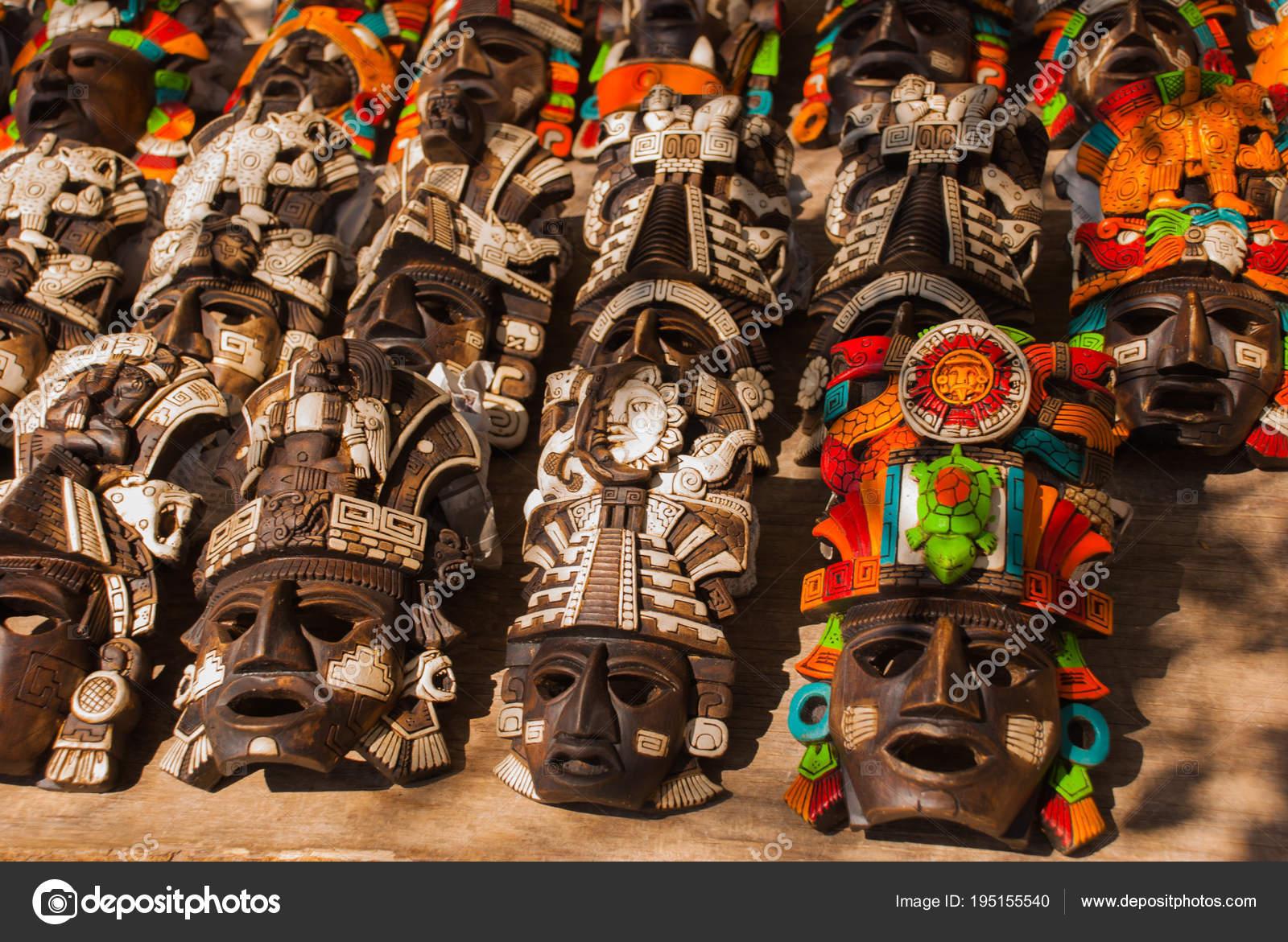 Artesanías Para Los Turistas En El Mercado Recuerdos Coloridos