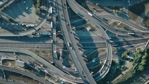 Letecký pohled na velké dálnice výměny s automobily a železniční
