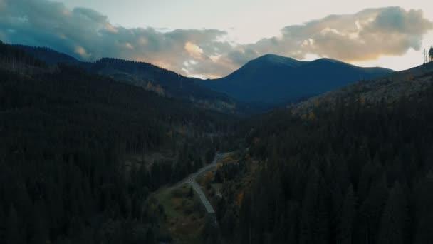 Letecký pohled na krásné hory krajina při západu slunce