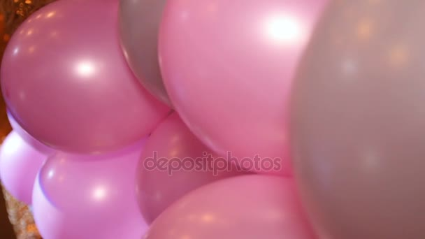 viele bunte Heliumballons zum Geburtstag