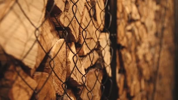Zásobník hnědé dřevěné kulatiny.