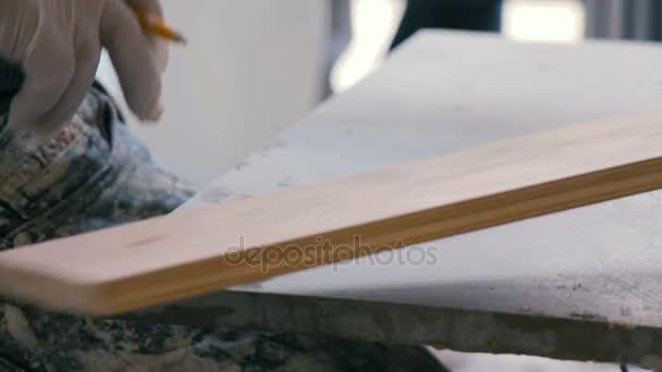 Profesionální obkládání pracovních opatření a označení dlaždice s tužkou. Příprava keramických dlaždic na podlaze na staveništi