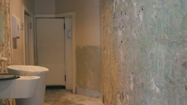 Öffentliche Toilette Sanierung mit Fliesen von den Wänden und Boden  entfernt in chaotisch.