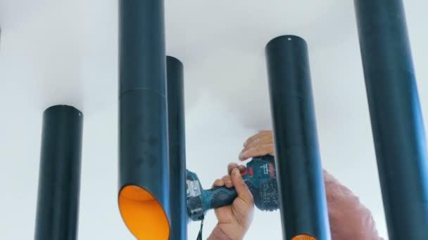 pracovní vyvrtat díru do sádrokartonového stropu pro montáž stropní svítidlo