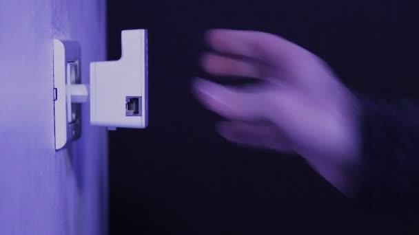 Menschen legen Sie Wifi Repeater Steckdose an der Wand und schließen ...