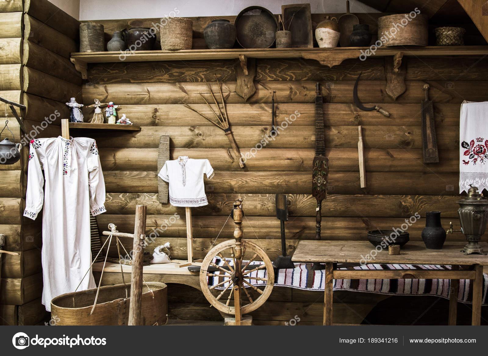 Alte russische dorf utensilien im haus u redaktionelles stockfoto