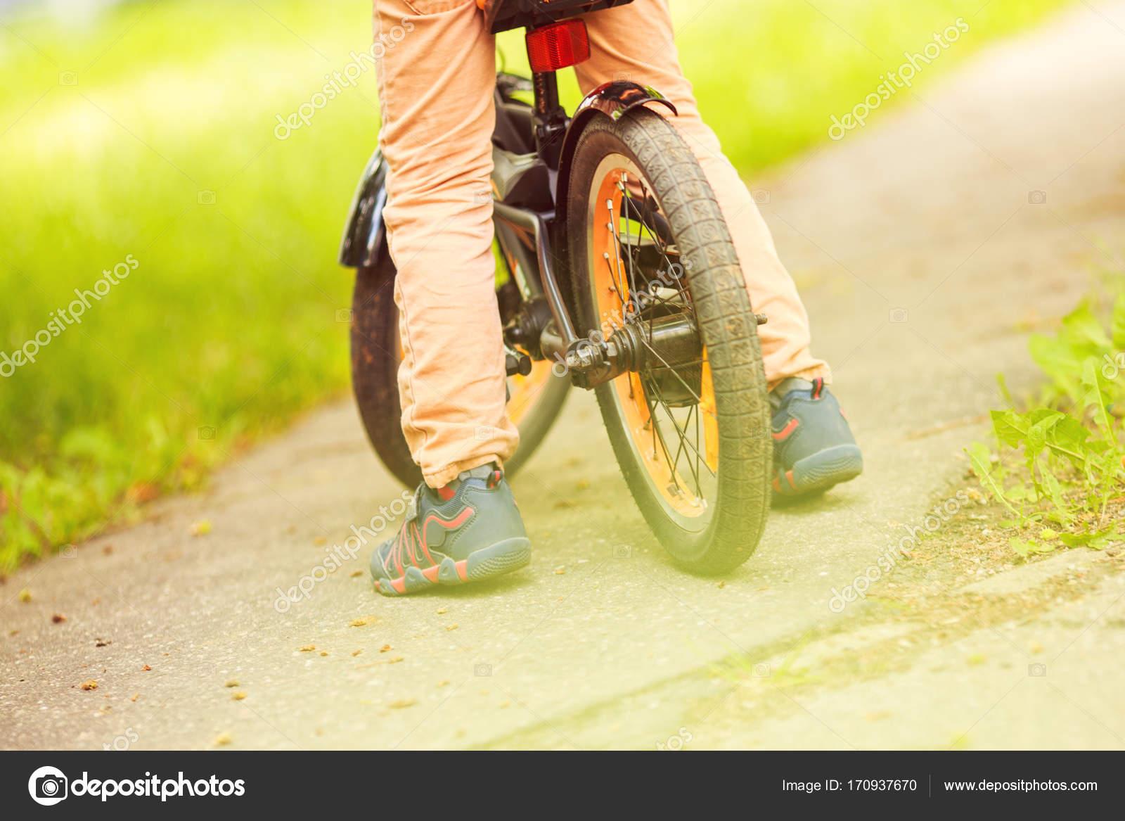 f1b648c11 Rapaz com uma bicicleta na rua. roda de bicicleta infantil — Fotografia de  Stock
