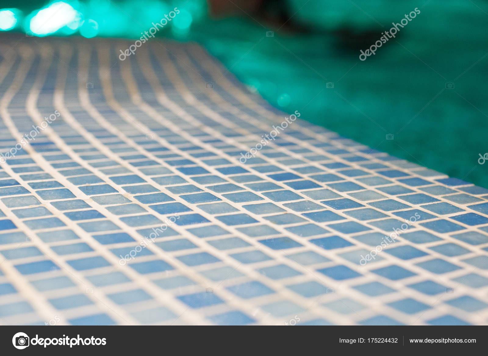 Zwembad close up met mozaïek rust in het spa center u stockfoto