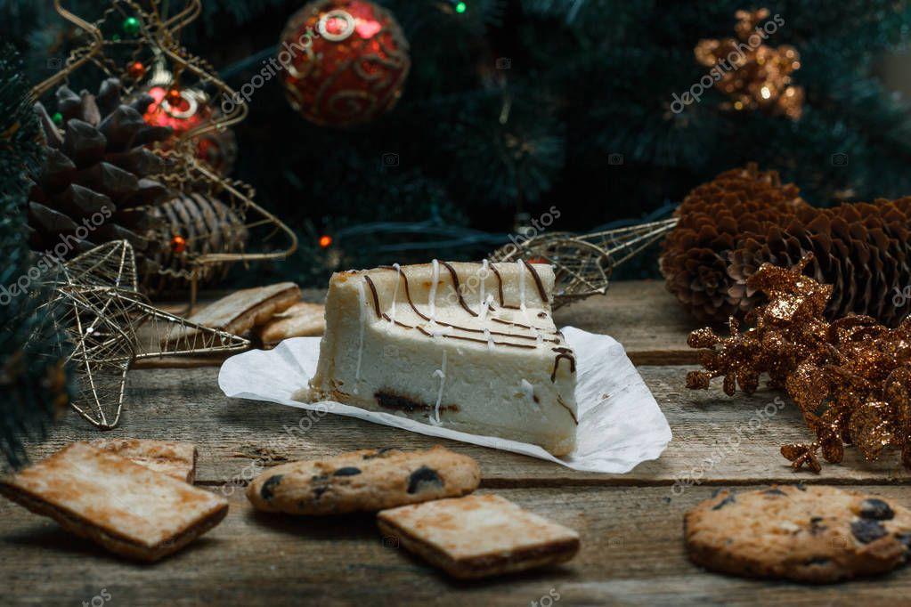 Schöne Kuchen Käsekuchen auf einem weißen Papier auf dem hölzernen ...