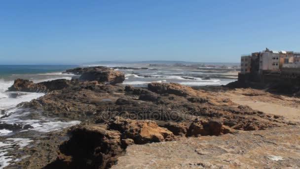 Ocean scenérií malebných Maroko od pláže. Wave bije na kamenech. Maroko, Casablanca