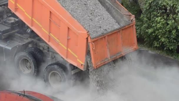 camion dumping sable et gravier m langent sur la route machine pour des pierres sur le chemin. Black Bedroom Furniture Sets. Home Design Ideas